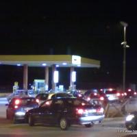 Distributori di benzina presi d'assalto: è corsa ai rifornimenti