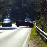Litoranea pericolosa, un'auto si cappotta vicino ai laghi Alimini: ferita una donna